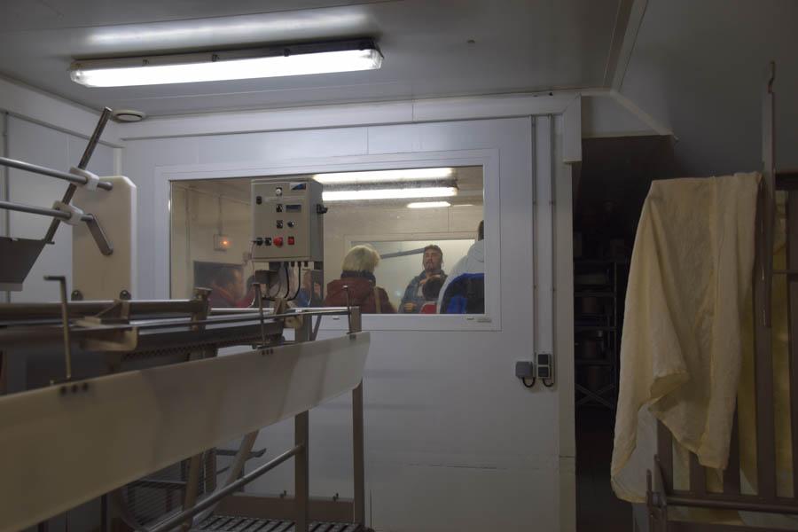 Salle de visite avec vu sur fromagerie